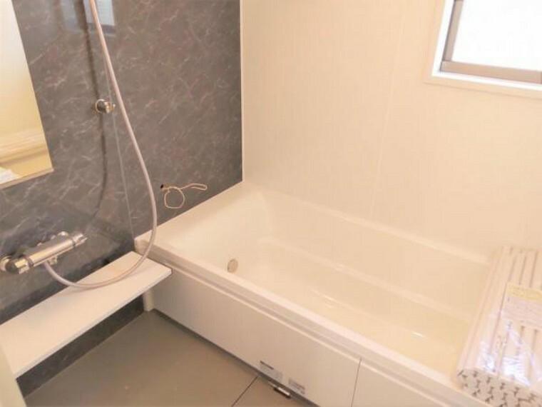 浴室 【リフォーム済】既存浴室が解体されて、新たに1坪サイズのユニットバスを設置しました。1坪の広々した浴槽で、お子様やお孫さんと一緒にお風呂を楽しんでください。