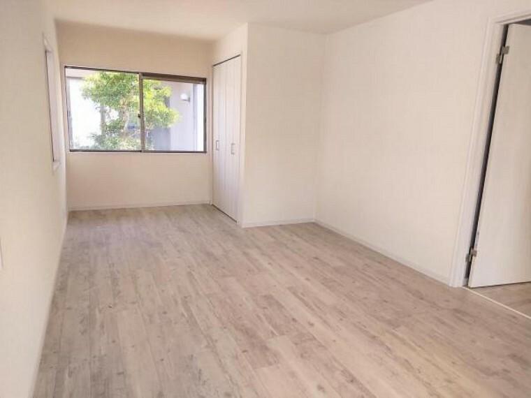 【リフォーム済】玄関横8帖洋室の写真です。壁と天井のクロスを張り替えて、床はフロアタイルを重ね張りしました。もともと物入のない9帖のお部屋だったので新規にクローゼットを設置しました。