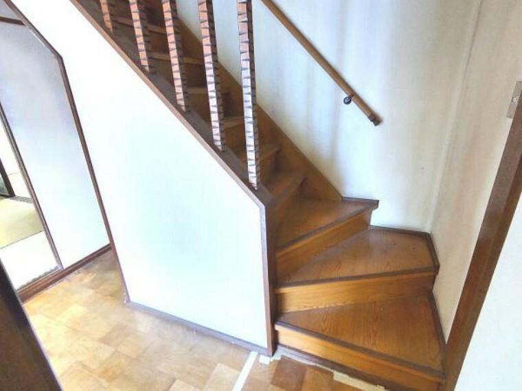 【リフォーム中】階段はクッションフロア張り、壁と天井に白色のクロスを張る予定です。手すり、ノンスリップを新設予定です。