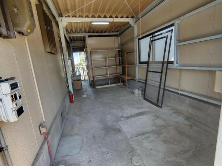 駐車場 【リフォーム中】車庫です。造作は撤去予定です。内部はクリーニングを行う予定です。