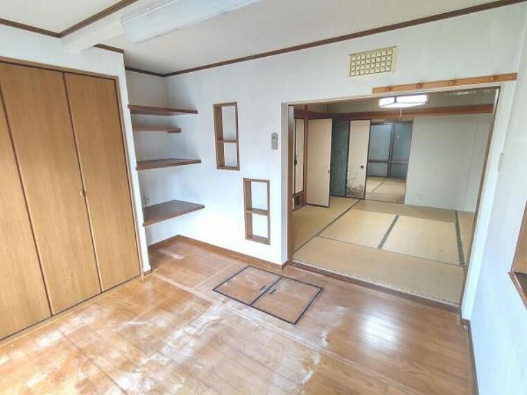 居間・リビング 【リフォーム前】1階南側洋室です。こちらはDK部分と洋室、和室の2部屋とくっつけて、26帖を超えるLDKを新設いたします。