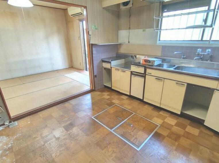 キッチン 【リフォーム中】キッチンです。対面キッチンに変更予定です。床はフローリングを張り、壁と天井は白色のクロスを張る予定です。照明は交換いたします。