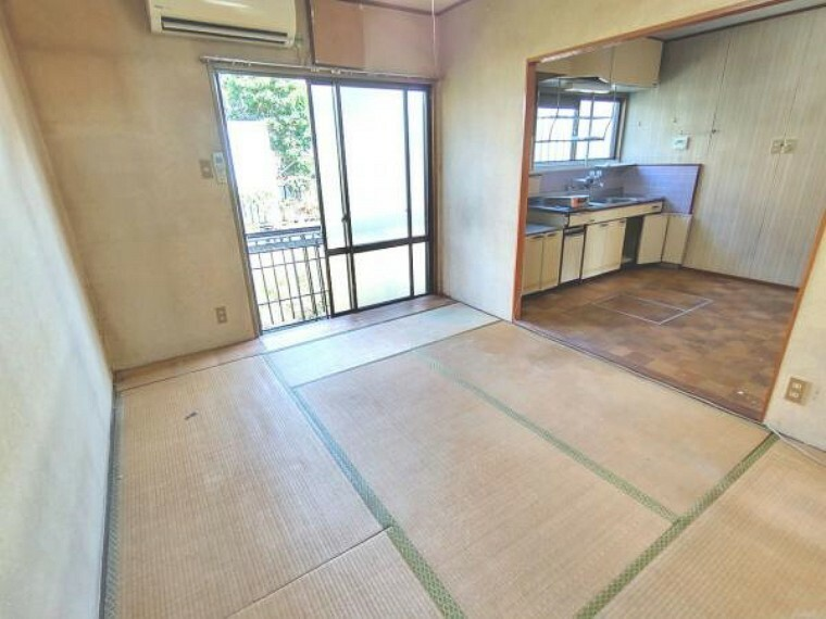 居間・リビング 【リフォーム中】1階ダイニングです。写真右に対面キッチンを設置予定です。床はフローリングを張り、壁と天井は白色のクロスを張る予定です。照明は交換いたします。