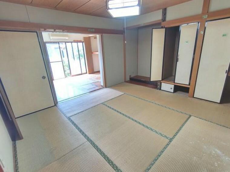 居間・リビング 【リフォーム中】LDK中央です。和室から洋室へ間取り変更を行います。床はフローリングを張り、壁と天井は白色のクロスを張る予定です。照明は交換いたします。