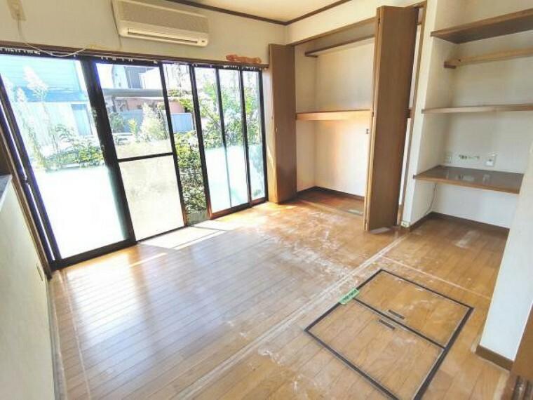 居間・リビング 【リフォーム中】1階南側洋室はLDKの一部へ変更します。クローゼット、棚はクリーニング予定です。床はフローリングを張り、壁と天井は白色のクロスを張る予定です。照明は交換いたします。