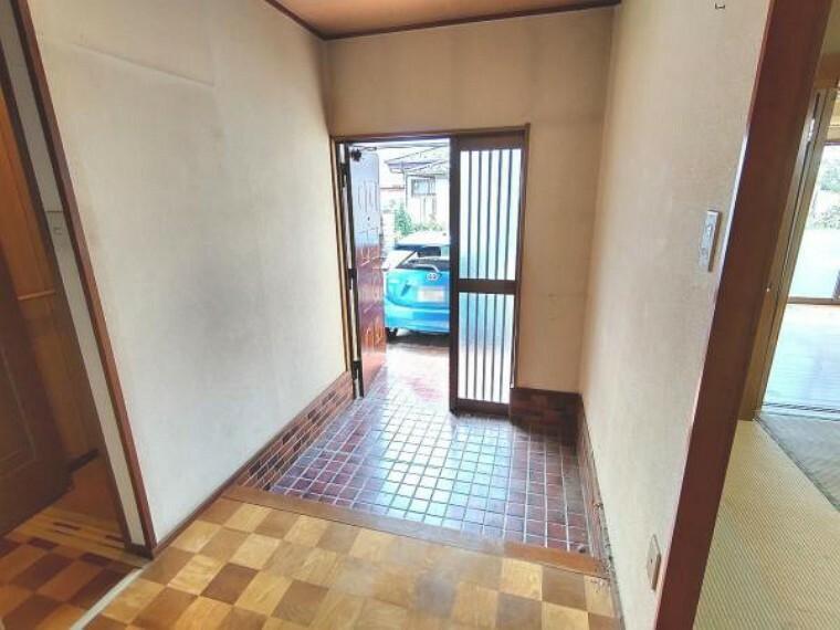 玄関 【リフォーム中】玄関ホールです。コの字型ミラー付きのシューズボックスを新設予定です。床のタイルはクリーニングを行い、壁と天井は白色のクロスを張る予定です。照明は交換いたします。