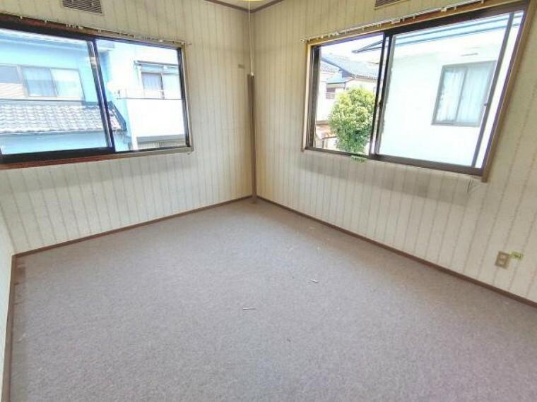 【リフォーム中】2階北東洋室です。床はクッションフロア(柔らかい床材)を張り、壁と天井は白色のクロスを張る予定です。建具もクロスの張替えを行います。照明は交換いたします。
