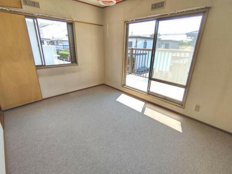 【リフォーム中】2階南東洋室です。床はクッションフロアを張り、壁と天井は白色のクロスを張る予定です。建具もクロスの張替えを行います。照明は交換いたします。