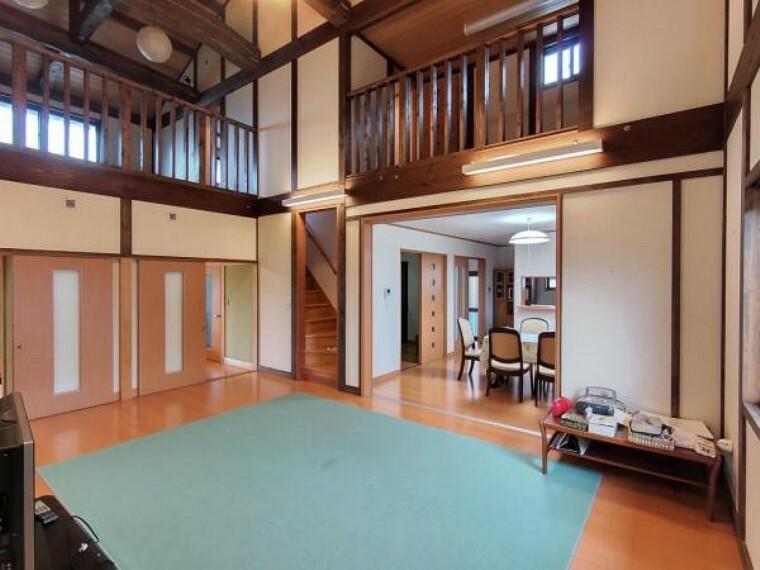 居間・リビング 【リフォーム中】リギングです。床はクリーニングして壁のクロスは張り替えます。2階の様子もわかるので安心です。