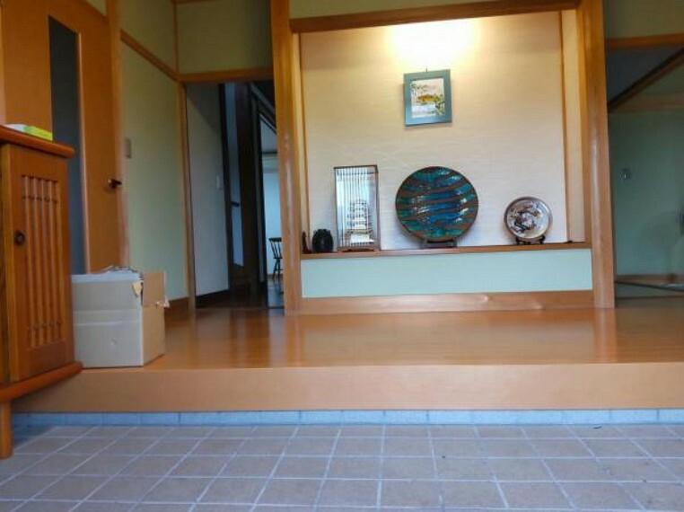 玄関 【リフォーム中】玄関ホールです。置物は撤去してクリーニングします。ゆったりした玄関は気持ちがおおらかになりますね。