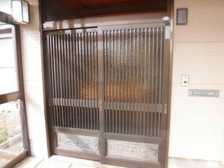 玄関 【リフォーム中】玄関ドアを撮影しました。玄関ドアは鍵交換をします。カラーモニター付きインターフォンで、玄関にいらしたお客様を確認してから応対できます。セキュリティ面も安心ですね。
