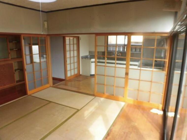 居間・リビング 【リフォーム中】南西側からリビングを撮影しました。天井・壁のクロスを貼り替えしますので、部屋全体が明るくなります。