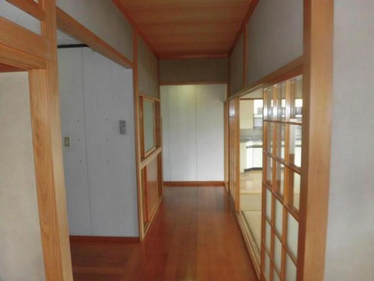 【リフォーム中】玄関から東側の廊下を撮影しました。廊下の一部をリビングにするため、広さが17.5帖に広がります。