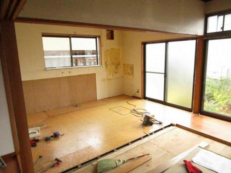 居間・リビング 【リフォーム中】リビングを撮影しました。キッチンと繋げ17.5帖のLDKにします。床はフローリングに張り替えをします。窓からの陽光が心地よいので、家族団欒にぴったりの空間です。
