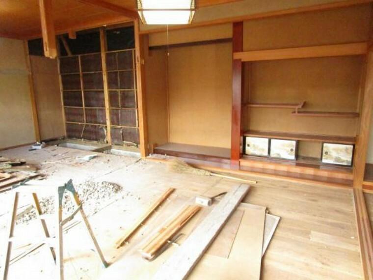 【リフォーム中】続き間、真ん中の和室を10帖洋室とします。窓とクローゼットを新設するため、快適性と収納性が高まりますね。