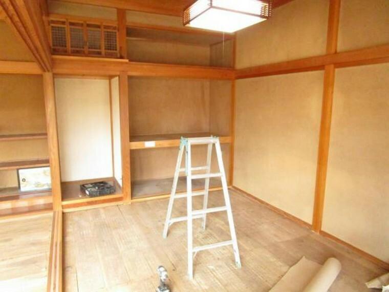 【リフォーム中】玄関前にある和室を撮影しました。床はフローリングに、壁はクロスを新設した、7.5帖の洋室となりますので、お子様の個室にいかがでしょうか。