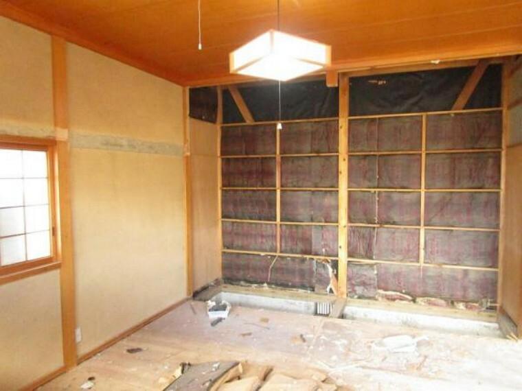 【リフォーム中】西側和室を撮影しました。廊下も部屋の一部となるため、12帖の広い空間となります。洋室にするためフローリング張り替え、クロスを新設します。主寝室として使われることをおススメします。