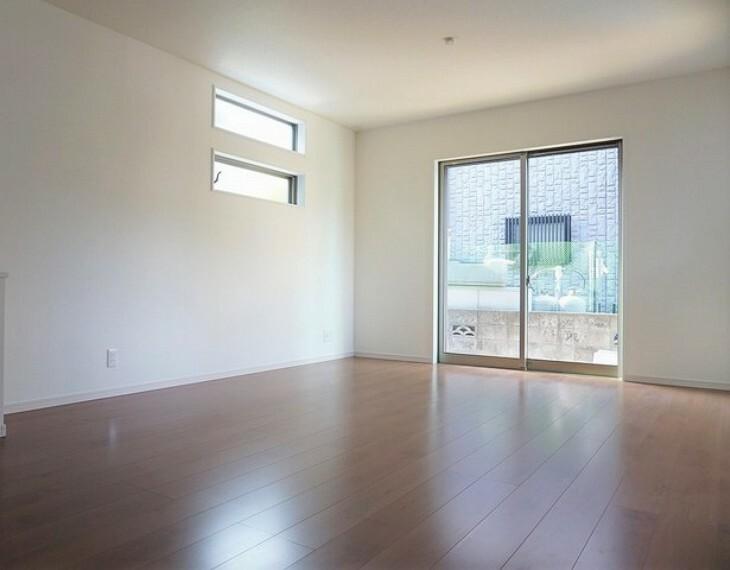 居間・リビング 同仕様写真。おしゃれで過ごしやすいリビングです。隣接する和室と合わせると23帖以上の大空間になります。電動雨戸シャッター付き^^
