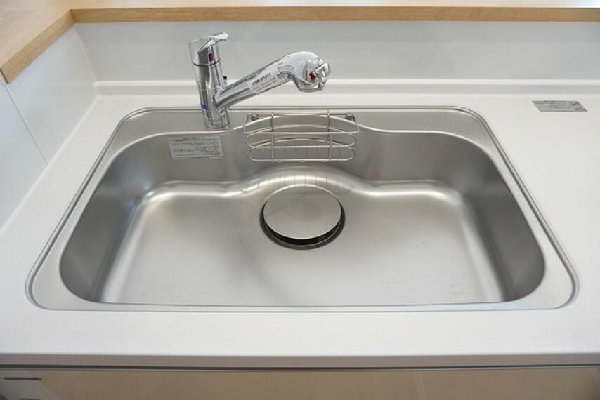 キッチン 同仕様写真。色も形もキレイなシンクは、広さも確保しているので、大きめの鍋も簡単に洗えます。