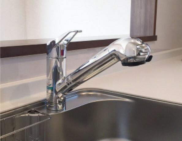 浄水カートリッジ内蔵で場所を取らずにスッキリ。水栓は使い勝手の良い、取り外し可能なシャワーヘッドタイプ。