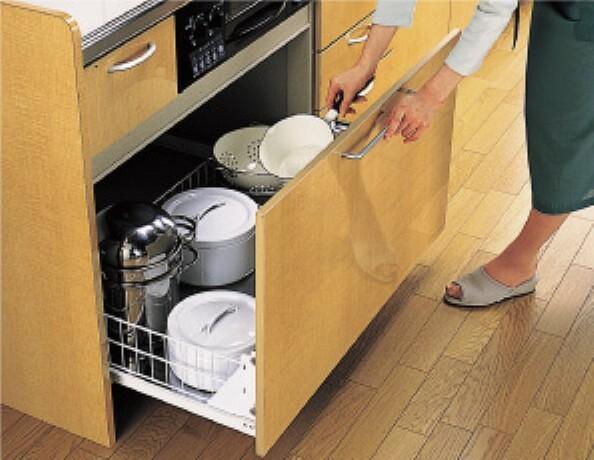 キッチン コンロ下にたっぷり使える収納スペース。レールの付いたスライド式で取り出しがスムーズに行え、奥まで無駄なく使えます。