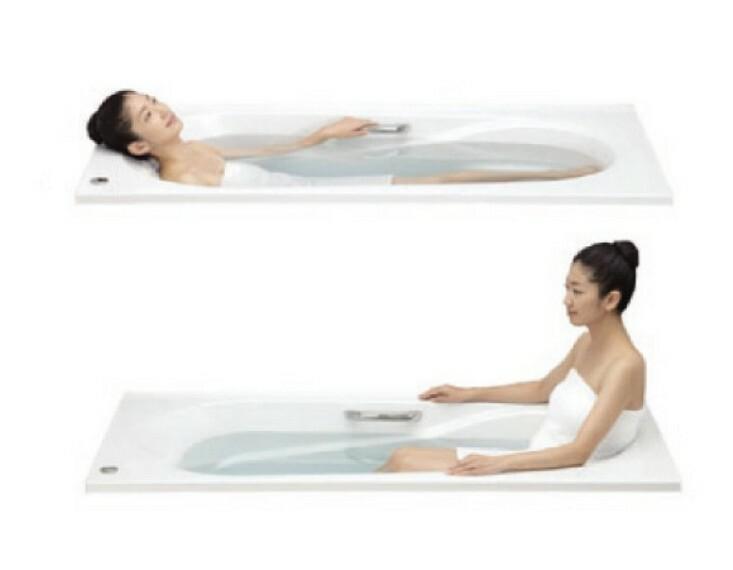 浴室 半身浴もできるFRP製バスタブ 最適な高さのベンチと身体を包み込むような背もたれが、快適な半身浴をサポートします。