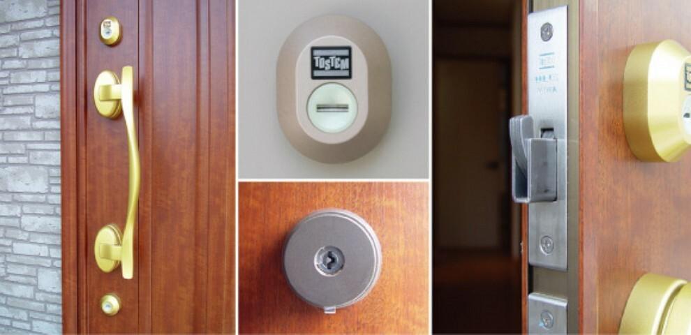 防犯設備 ピッキング犯罪を防止する防犯型玄関錠です。玄関には二重のディンプルキータイプの鍵を、さらにバールなどでこじ開けられにくい鎌デッド錠やサムターン回し防止タイプを採用しています。