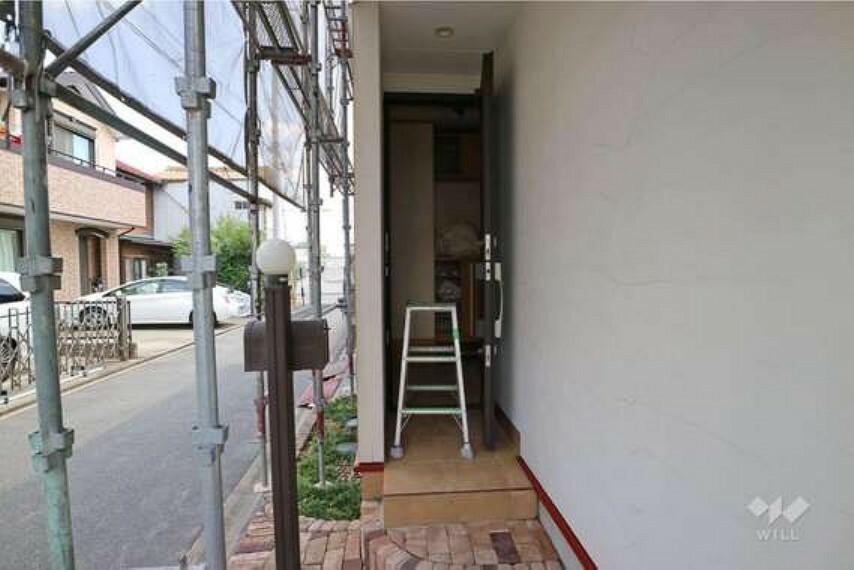 玄関 物件の玄関の様子。玄関から室内の様子が見えない作りになっているため、配達員さんが来たときも安心です。