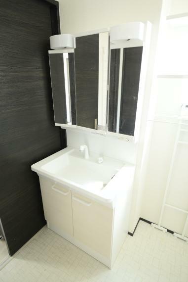 洗面化粧台 一日の疲れを癒してくれる、ゆったりとした広さのバスルーム。