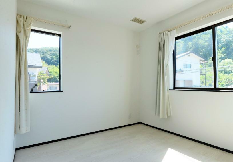 洋室 窓からは暖かな陽光が広がり、プライベートルームを快適にお使いいただけます。