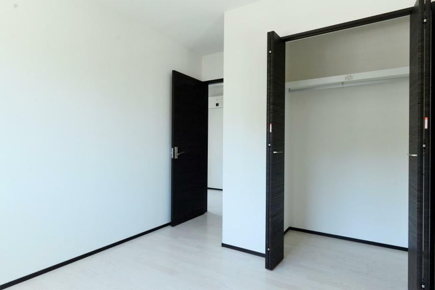 洋室 各居室にクローゼットを完備。お子様の成長に合わせて荷物が増えても置場に困りません。