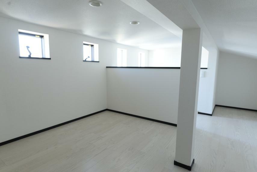 収納 2階から階段で行き来できる小屋裏収納。