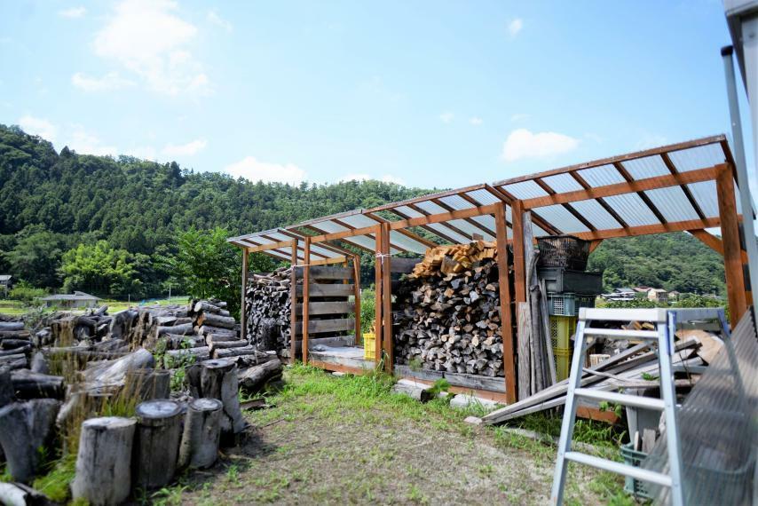 庭 薪ストーブ用の薪もたっぷりついてきます!