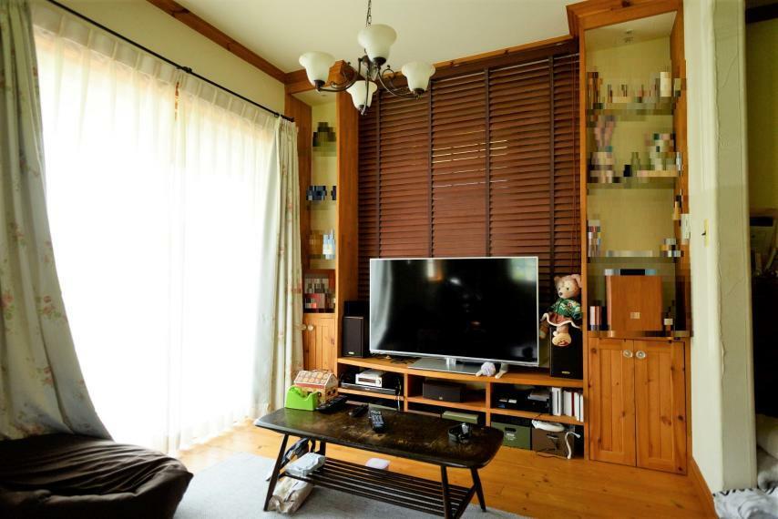 居間・リビング 大きな窓から陽の光がたっぷり差し込むリビング。
