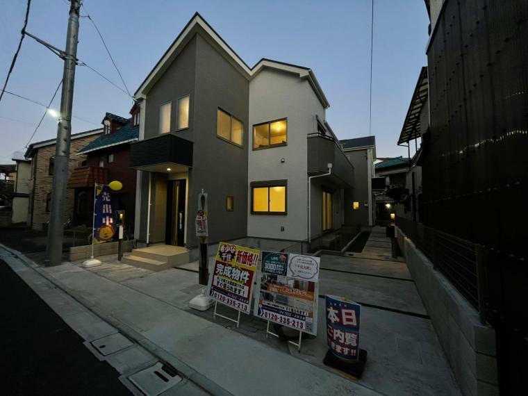 現況外観写真 玄関先のスポットライトがお洒落にお家を照らします