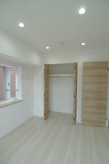収納 6.3帖洋室のクローゼット ダウンライトの照明があります!