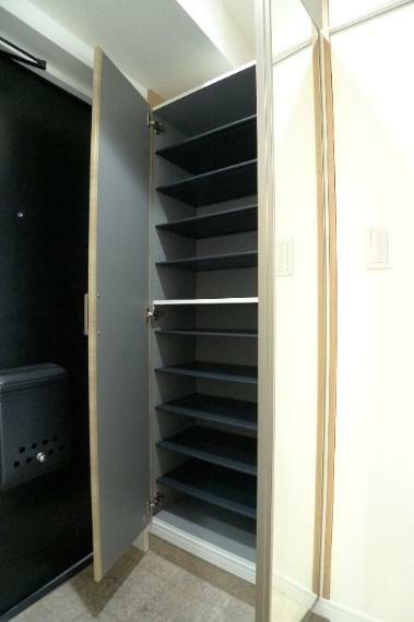 収納 玄関のシューズボックス ドア前面は鏡になっています!