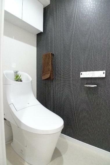 トイレ シックな雰囲気のトイレ 温水洗浄機能付きです!