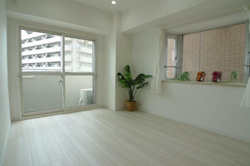 寝室 6.3帖洋室 出窓と掃き出しの窓があり、明るいお部屋です!