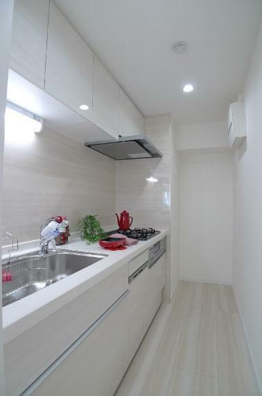 キッチン 上部にも収納スペースがあります!