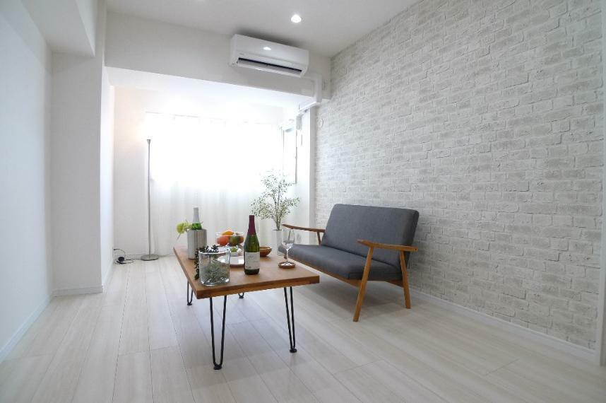 居間・リビング 優しい色調のリビングには腰高の窓があります!