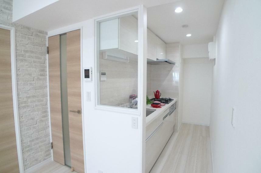 キッチン リビングから続くキッチン クリアボードでリビングと一体感がありながら調理スペースが独立した形になっています!
