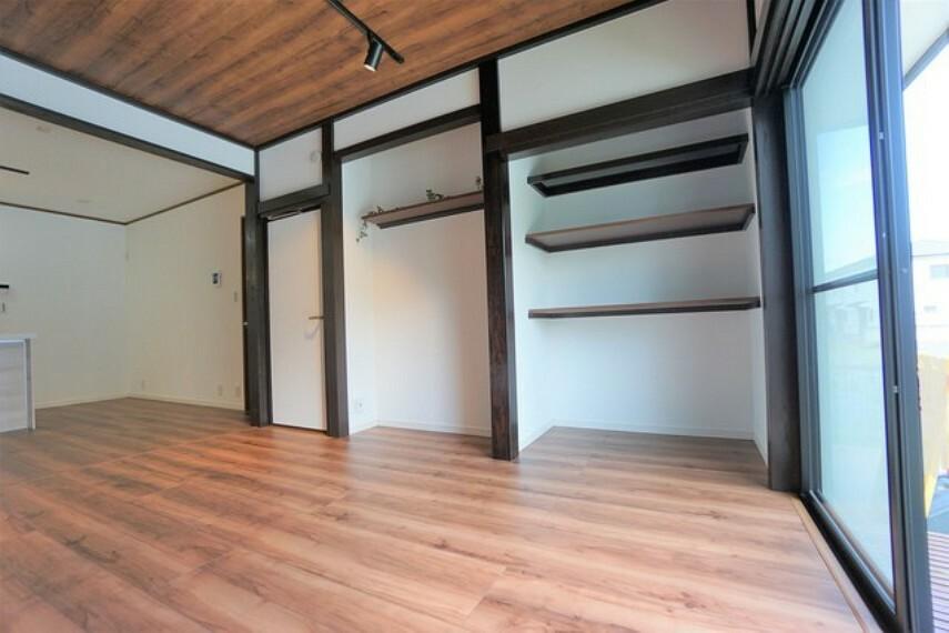 居間・リビング 収納としても飾り棚としても使える壁面