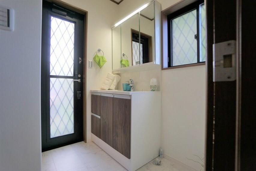洗面化粧台 2面採光の洗面脱衣室