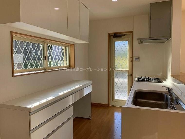 キッチン カップボード付きのキッチン コンロ・食洗機・水栓交換済 人気の対面キッチンです