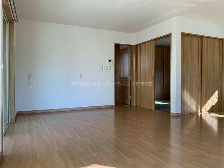 居間・リビング LDK18帖 隣接する和室は4.5帖 小さなお子様のいるご家庭やゲストルームにと重宝します