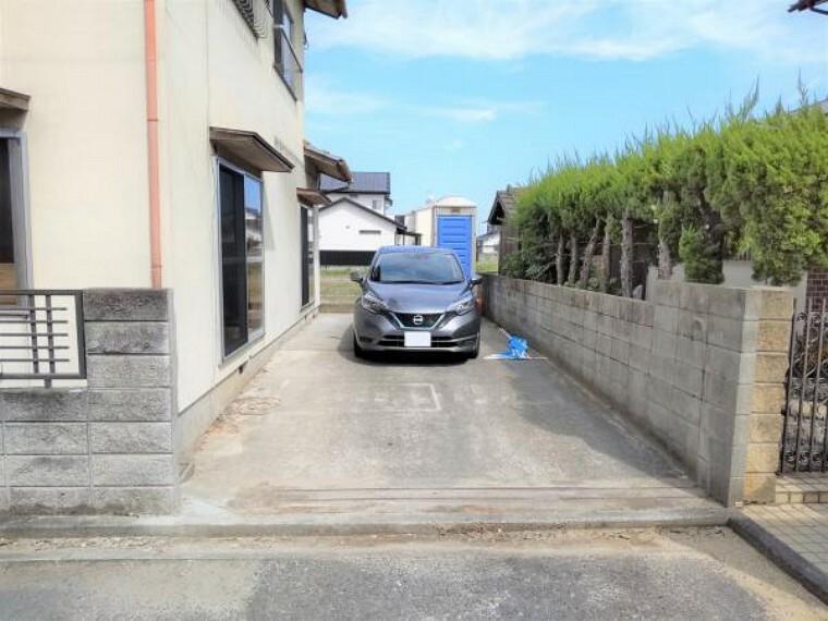 駐車場 (リフォーム中写真 9/25撮影)駐車スペースは縦列2台分です。土間コンクリート敷になっていますので草抜き等のメンテナンスいらずですよ。