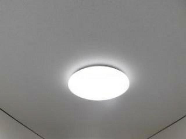 [同仕様写真]各居室にはパナソニック製新品のLED照明を設置します。LED照明は長寿命で省電力なので、とても家計にも優しく奥様は嬉しいですね。リモコンもあるので、ゴロゴロしながらオンオフもできます。