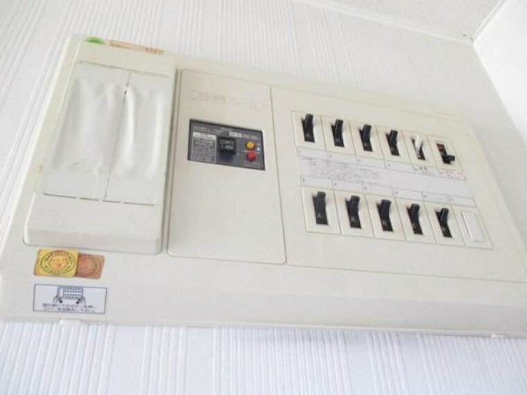 1階廊下にある分電盤は交換予定。現代のエアコンなどの電化製品は大きな電力を使用するものが多いですよね。それらの電力にも耐えられる仕様にしたので、生活しやすくなります。