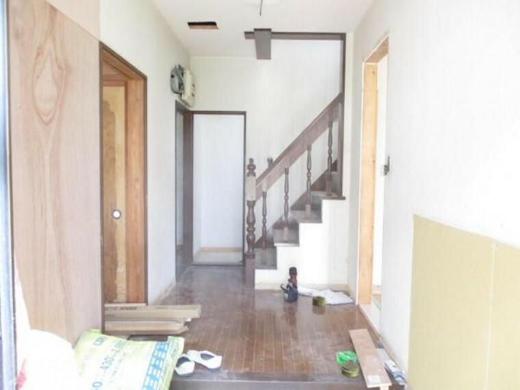 玄関 玄関別角度の写真です。こちらから右手にリビング、左手は和室になります。これからクロス張替え、床はフローリング仕上げにする予定です。